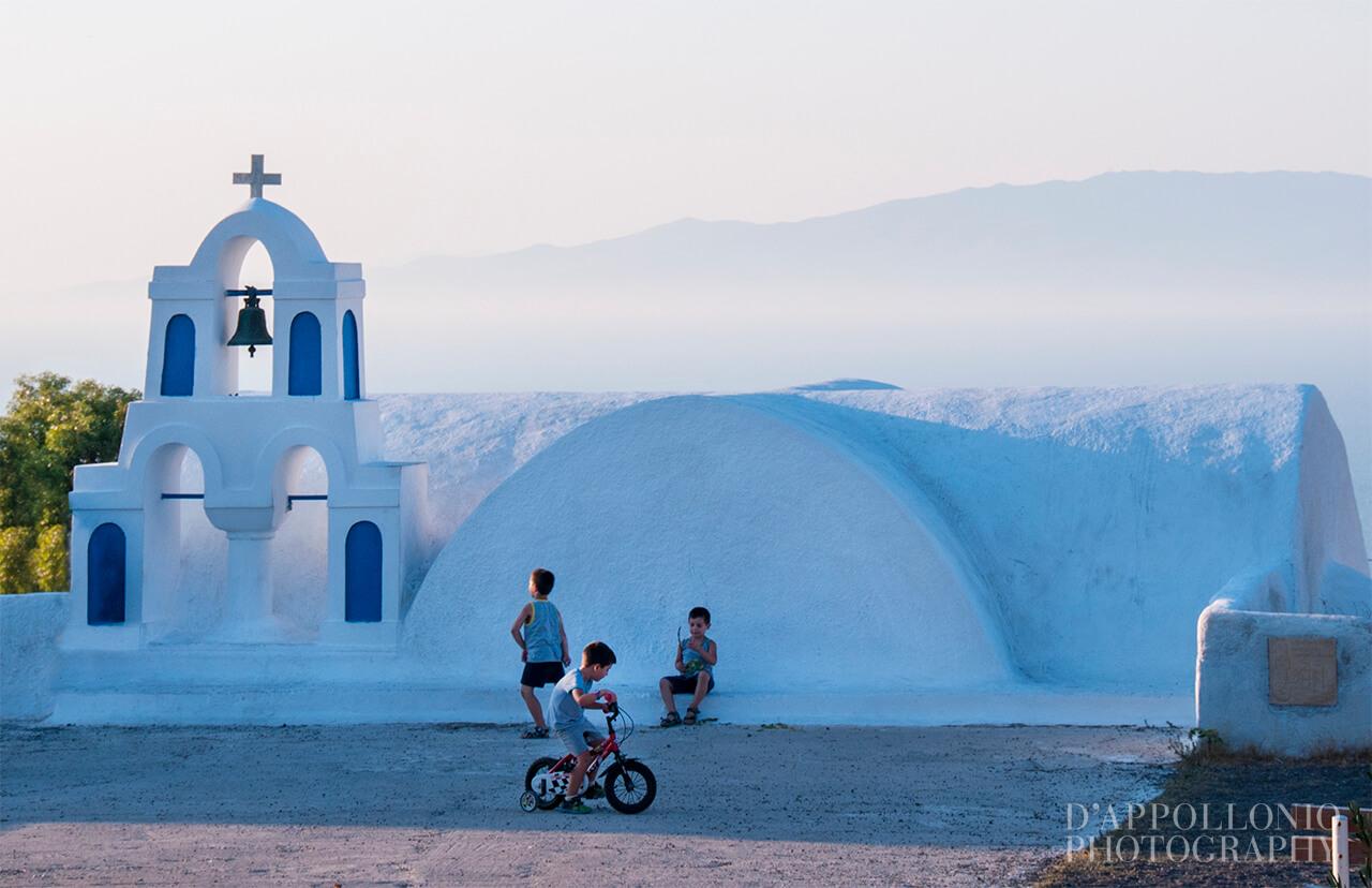 gioco di bambini a Santorini